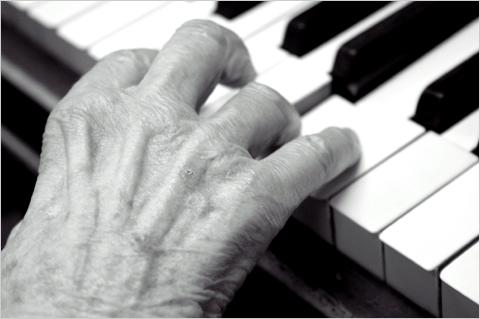 Studio di Musicoterapia - mani anziano